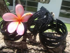Armband med svarta pärlor