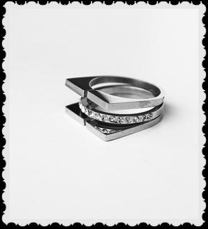 Bling design ring i stål och stenar storlek S