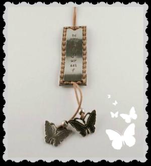Långt halsband med text och fjärilar