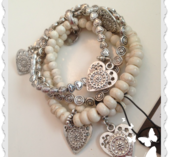 a81 Romantiskt armband med hjärtan